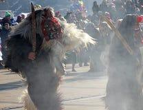 Kukeri, mummers executa rituais com os trajes e os sinos grandes, espírito maus pretendidos do susto afastado durante o festival  Imagem de Stock Royalty Free