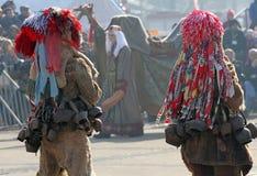 Kukeri, mummers executa rituais com os trajes e os sinos grandes, espírito maus pretendidos do susto afastado durante o festival  Imagem de Stock