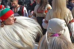 Kukeri, mummers executa rituais com os trajes e os sinos grandes, espírito maus pretendidos do susto afastado durante o festival  Foto de Stock Royalty Free