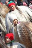Kukeri, mummers executa rituais com os trajes e os sinos grandes, espírito maus pretendidos do susto afastado durante o festival  Fotos de Stock
