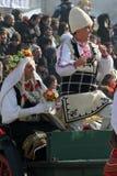 Kukeri, mummers executa rituais com os trajes e os sinos grandes, espírito maus pretendidos do susto afastado durante o festival  Fotografia de Stock Royalty Free