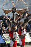 Kukeri, mummers executa rituais com os trajes e os sinos grandes, espírito maus pretendidos do susto afastado durante o festival  Fotografia de Stock