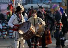 Kukeri, mummers wykonuje rytuały straszyć daleko od złych duchy podczas międzynarodowego festiwalu maskaradowy gry † Surva† obrazy stock
