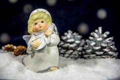 Kukiełkowy anioł w śniegu symbol boże narodzenia Obrazy Royalty Free