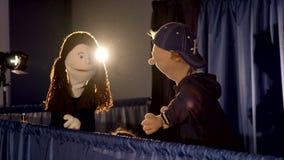 Kukiełkowy teatr: chłopiec i dziewczyny mówienie z each inny zbiory