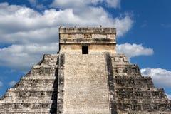 Kukulkan Pyramide-Oberseite bei Chichen Itza lizenzfreie stockfotos