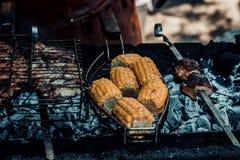 Kukurudza gotuje na grillu zdjęcia stock