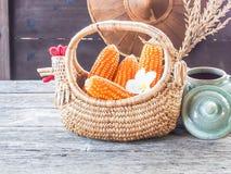 Kukurudza w koszu, na drewnianym stole Zdjęcie Royalty Free