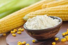 Kukurydzana mąka i kukurydzany cob na stole obraz stock