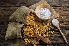 Kukurydzana mąka i wysuszona kukurudza na drewniany stołowy starym Obrazy Stock