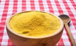 Kukurydzana mąka w drewnianym pucharze Zdjęcia Stock