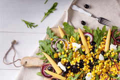 Kukurydzana sałatka z arugula i oliwkami Fotografia Stock