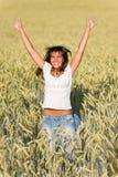 kukurydzanego pola szczęśliwa skoku lato kobieta Obrazy Stock