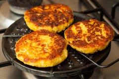 Kukurydzani chleby piec na round grillu Zdjęcie Stock