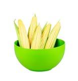 Kukurydzani cobs w głębokim - zielony talerz Zdjęcia Royalty Free