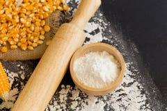 Kukurydzani nasiona i Kukurydzana mąka dla piec na czarnym drewnianym backgroun Zdjęcia Royalty Free