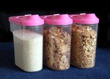 Kukurydzani płatki w przejrzystym plastikowego zbiornika zbliżeniu Zdjęcia Royalty Free