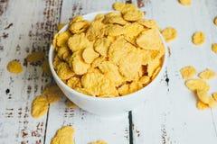 Kukurydzani p?atki w pucharze zdjęcie royalty free