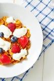 Kukurydzani płatki z jogurtem i jagody na talerzu Obrazy Royalty Free