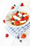 Kukurydzani płatki z jogurtem i jagody na talerzu Fotografia Stock