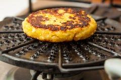 Kukurydzany chleb piec na round grillu Fotografia Royalty Free
