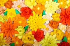 Kulör bakgrund, blommor som göras av papper Royaltyfria Foton