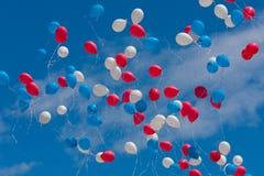 Kulör ballongfluga i himlen Arkivbilder