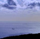 Kulör bild på gryning med flygplanet och skeppet på havet Royaltyfria Foton