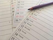 Kulör blyertspenna på en kalender Arkivfoto