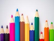 Kulör blyertspenna som isoleras på grått konstpapper Arkivfoto