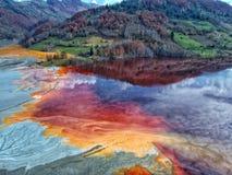 Kulör förorening för sjö tack vare med metaller fotografering för bildbyråer
