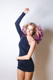 Kulör frisyr Stående av att le och att dansa kvinnor med stora blåa ögon som flyger hår Ombre lutning Fotografering för Bildbyråer