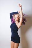 Kulör frisyr Stående av att le och att dansa kvinnor med stora blåa ögon som flyger hår Ombre lutning Royaltyfria Bilder
