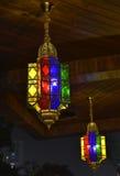 Kulör glass ljuskrona för brons Arkivfoto