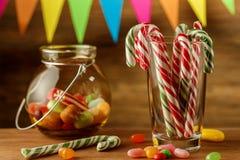 Kulör godis i en krus Sötsaker för jul greeting lyckligt nytt år för 2007 kort kunna Arkivbild