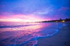 Kulör havvåg som ner faller på solnedgångtid i den Bali stranden Royaltyfri Fotografi
