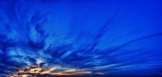 Kulör himmel för panoramamörker på solnedgången Arkivbild