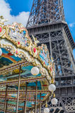 Kulör karusell över Eiffeltorn i Paris Frankrike Arkivbilder