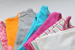 Kulör kläder på en vit bakgrund Arkivbilder