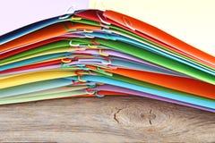 kulör legitimationshandlingar med paperclips royaltyfri bild