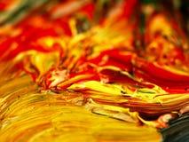 Kulör målarfärg som är blandad på paletten Arkivbilder