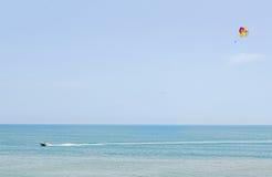 Kulör parasailvinge i den blåa himlen, bekant Parasailing också som Arkivfoton