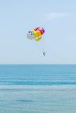 Kulör parasailvinge i den blåa himlen, bekant Parasailing också som Arkivbilder