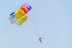 Kulör parasailvinge i den blåa himlen, Parasailing också som är bekant som parascending eller parakiting Royaltyfri Bild