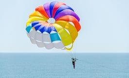 Kulör parasailvinge i den blåa himlen, Parasailing också som är bekant som parascending eller parakiting Royaltyfri Foto