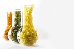 Kulör pasta i ett exponeringsglas Arkivfoton