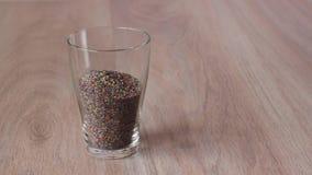 Kulör sand hälls in i exponeringsglaset och snäckskalen som överst förläggas arkivfilmer