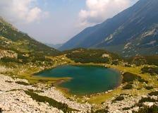 Kulör sjö i bergen Royaltyfri Fotografi