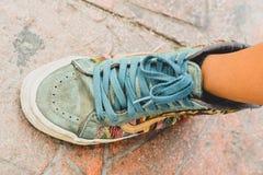 Kulör sko för tappning av en tonåring royaltyfri fotografi