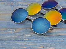 Kulör solglasögon på en träbakgrund Fotografering för Bildbyråer